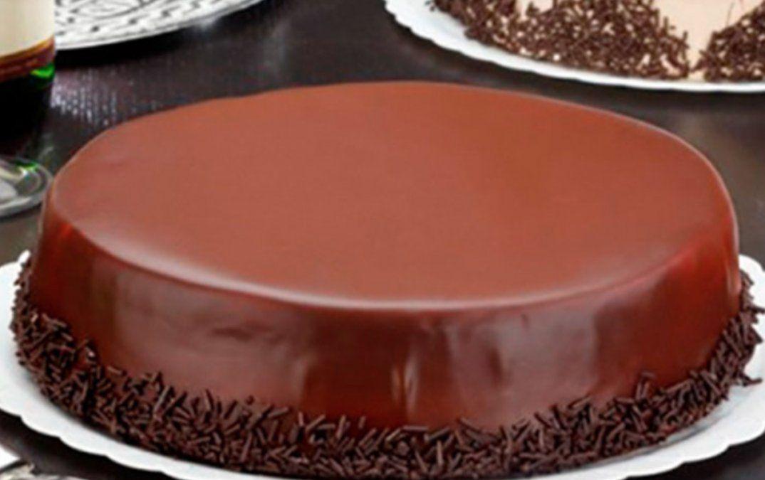Torta bombón bañada en chocolate.
