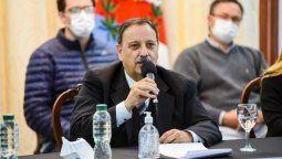 El gobernador Ricardo Quintela, junto a funcionarios del gabinete provincial, confirmó el retroceso de fase, tras los resultados epidemiológicos actuales.