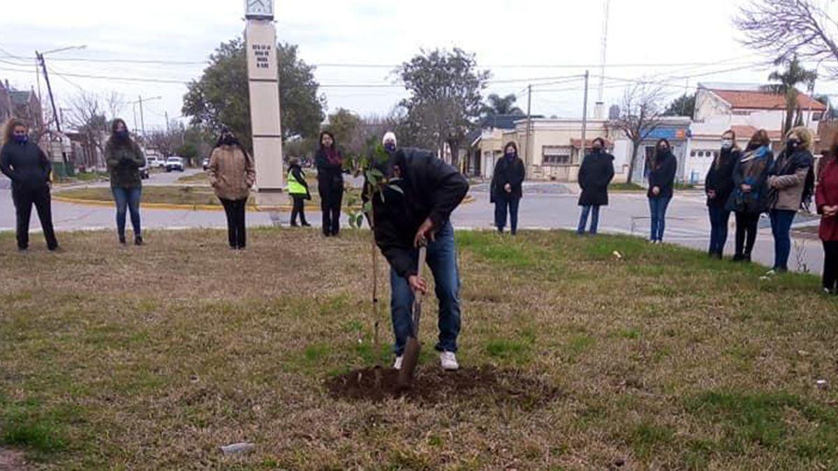 Allegados a Sahira junto con el movimiento 8M plantaron un árbol en su memoria