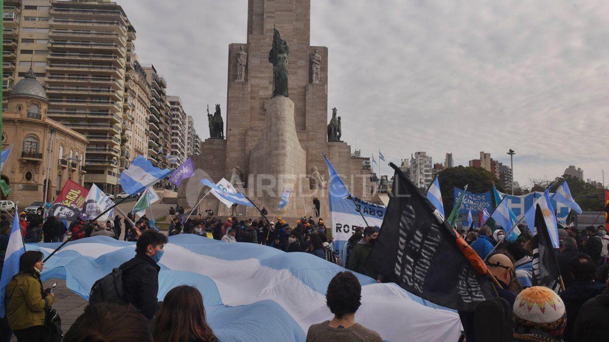 Esta movilización fue la contracara de la marcha que se realizó en junio en el Monumento a la Bandera pero en contra de la medida adoptada por el Gobierno nacional para intervenir la firma.