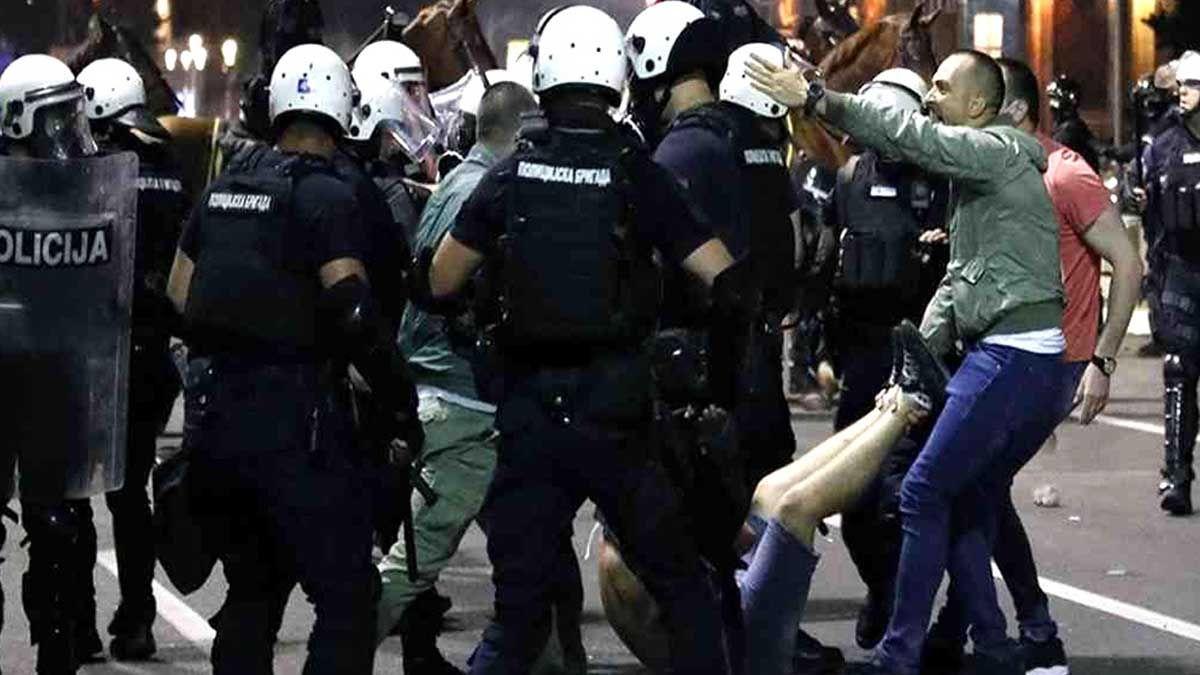 Cuarta noche de tensión y protestas antigubernamentales en Serbia