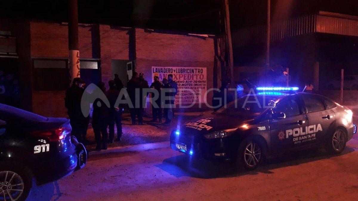 En un galpón donde funciona un lavadero de autos organizaron una fiesta donde había más de 400 personas y muchos esperando para ingresar en el momento en que llegó la policía.