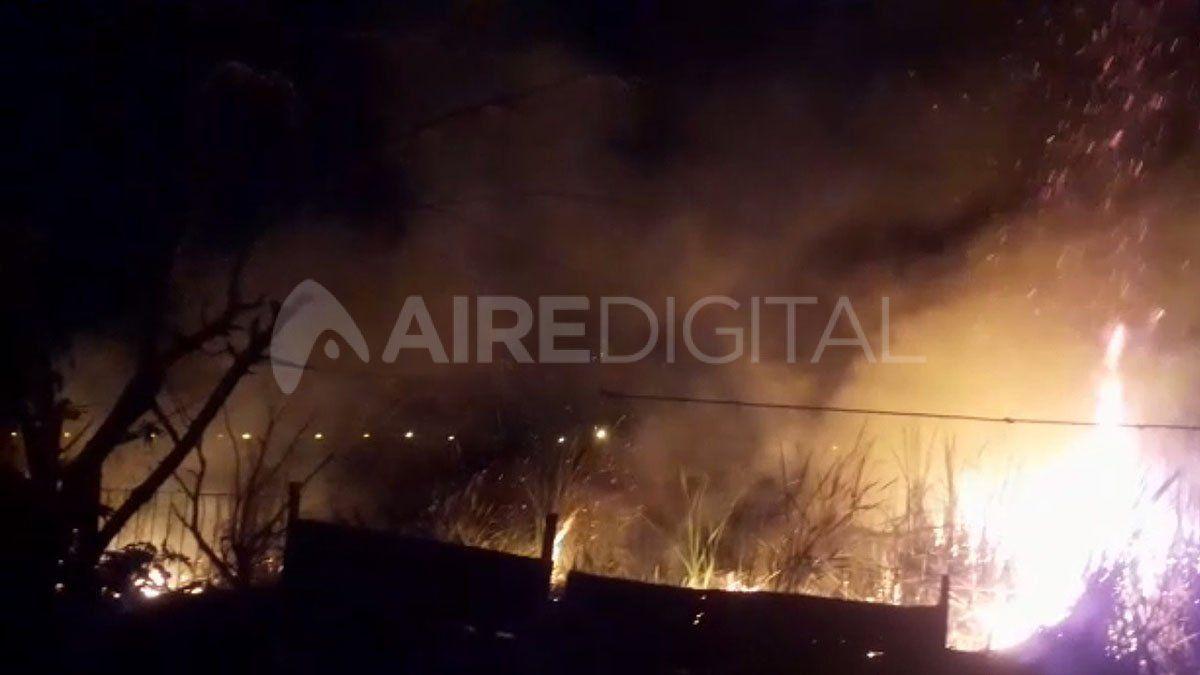 Un incendio detrás del Cementerio Municipal se desató este domingo.
