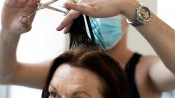 Dos peluqueras en Estados Unidos trabajaron sin saber que tenían coronavirus.