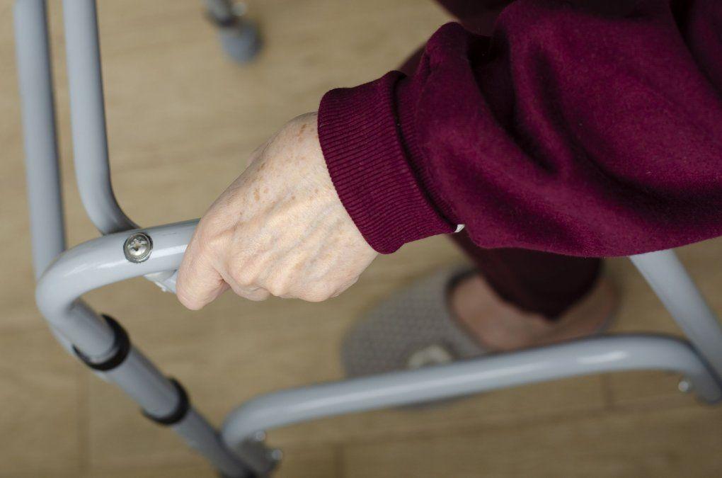 Neurociencias: ¿por qué muchos adultos mayores caminan a pasos cortitos y sufren caídas?