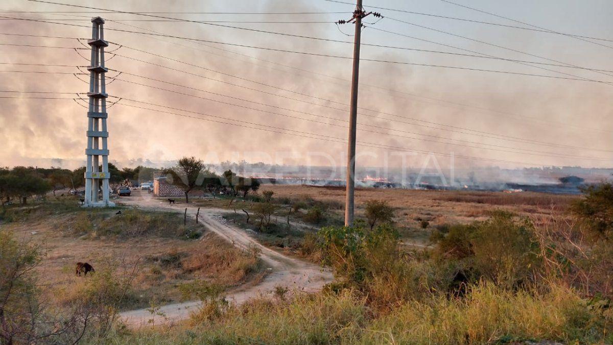 Las llamas continuaron desplegándose muy cerca de viviendas cercanas al segundo aliviador de ruta 168.