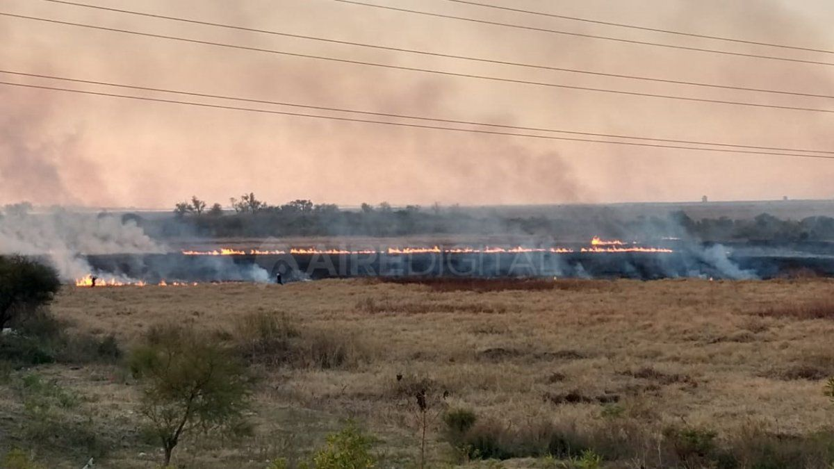 Un frente de fuego avanza en la zona de bañados de la laguna Setúbal.
