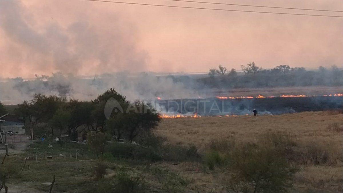 Julián Brochero informó desde el móvil de Aire de Santa Fe que el fuego amenaza a una de las viviendas ubicadas en cercanías de la ruta nacional 168.