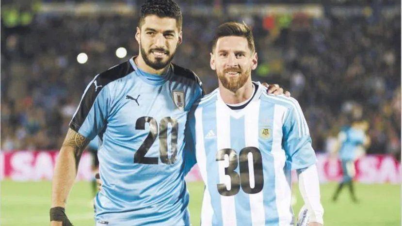 Luis Suárez y Lionel Messi posan en un Uruguay - Argentina, disputado en 2017 en Montevideo.