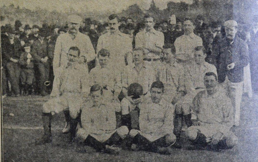 La primera selección argentina de la historia. Goleó 6 a 0 a Uruguay en Montevideo.