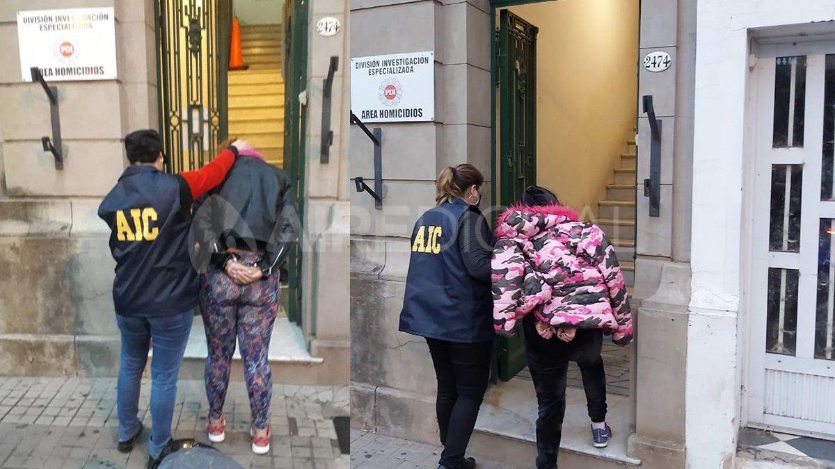 Las mujeres al momento de ser trasladadas a la sede homicidios de la Agencia de Investigación Criminal.