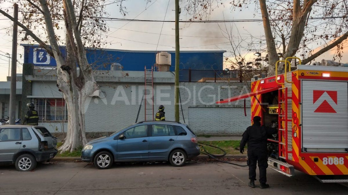 Bomberos zapadores trabajaron para controlar el incendio en el patio de la comisaría 9na.
