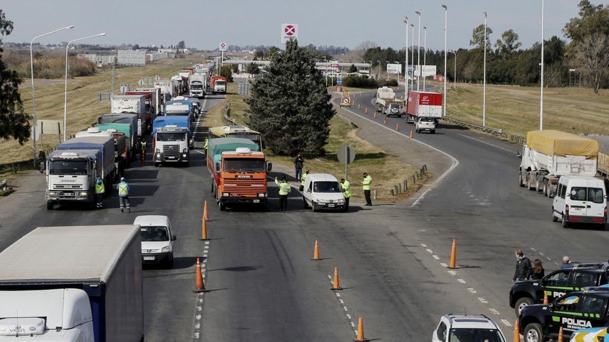 Operativo de Accesos Cuidados en el peaje General Lagos sobre la autopista Rosario-Buenos Aires.