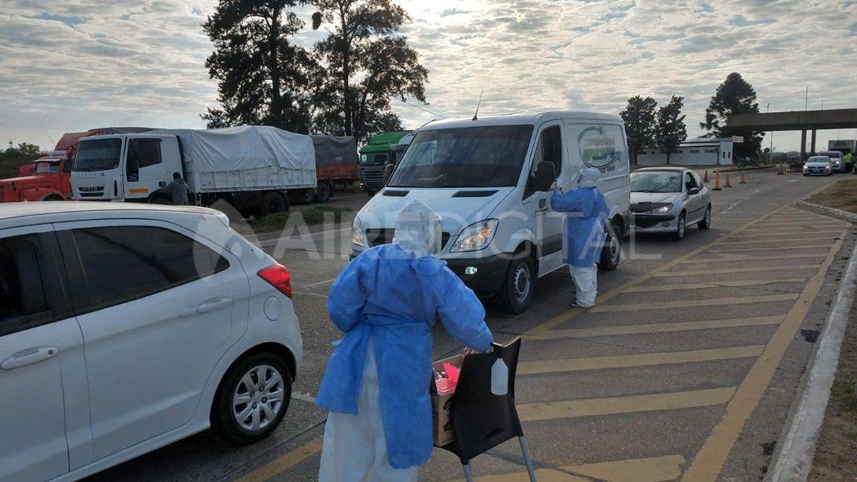 Agentes sanitarios realizan controles en el ingreso a Santa Fe desde Paraná.