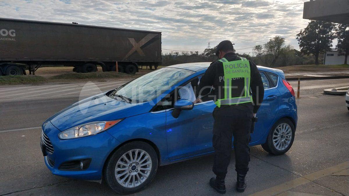 Un agente de tránsito controla el acceso a Santa Fe desde el Túnel Subfluvial.