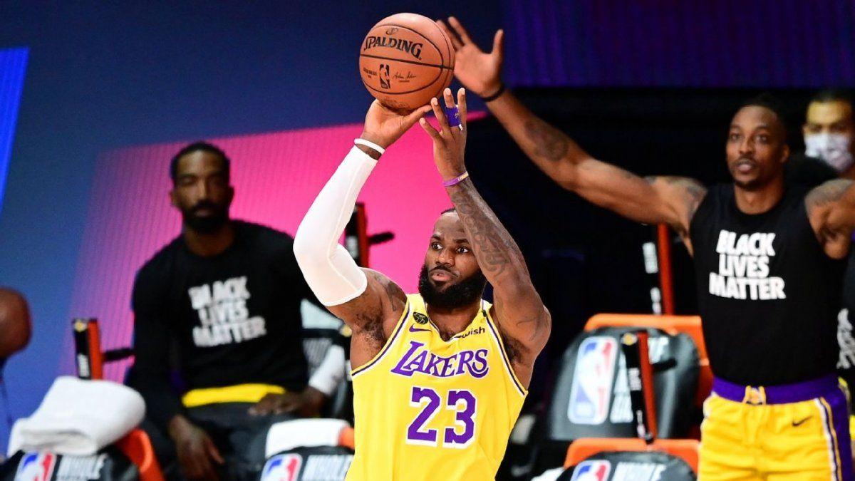 Lebron James anotó un doble decisivo para que los Lakers se queden con el clásico ante los Clippers.