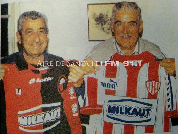 Salomón Elías, el hombre que convirtió el primer gol en un clásico por Torneos de AFA, posa con la camiseta de Colón. Falleció en 2017. Foto: Libro