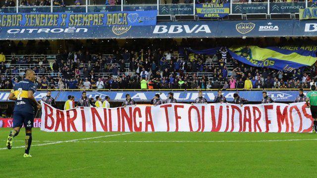 Bajo un respetuoso aplauso, los jugadores de Unión desplegaron una bandera con la siguiente leyenda: