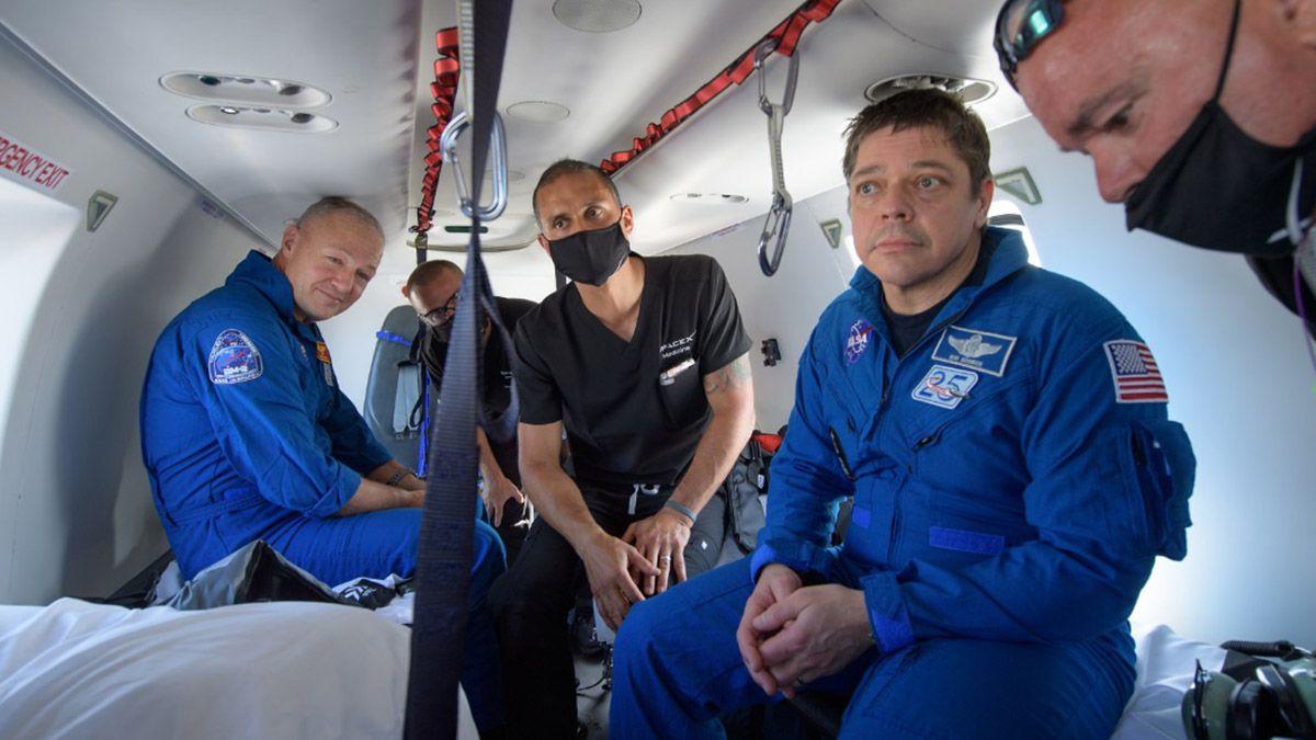 Las primeras imágenes de Hurley y Behnken tras ser rescatados del mar este domingo.