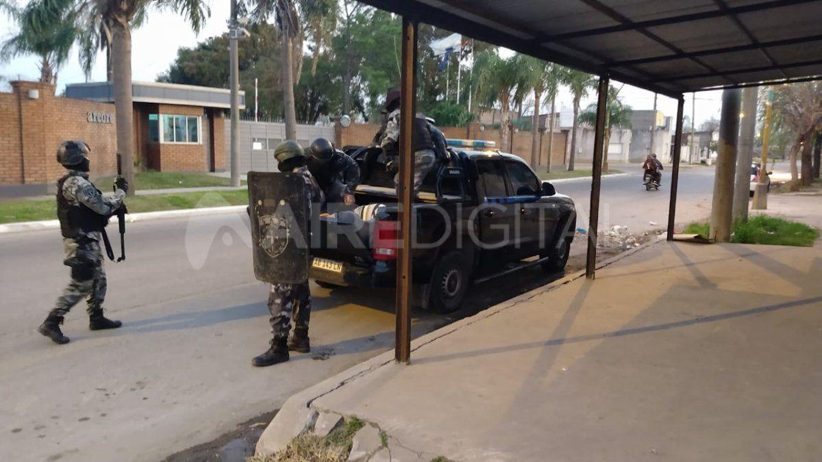 Allanaron una casa y se llevaron tres detenidos por un homicidio en Villa Oculta