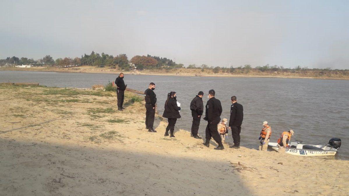 Prefectos y policías detectaron que el cadaver tenía sujetados los pies