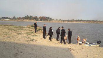 Prefectos y policías detectaron que el cadaver tenía sujetados los pies, un claro mensaje mafioso.