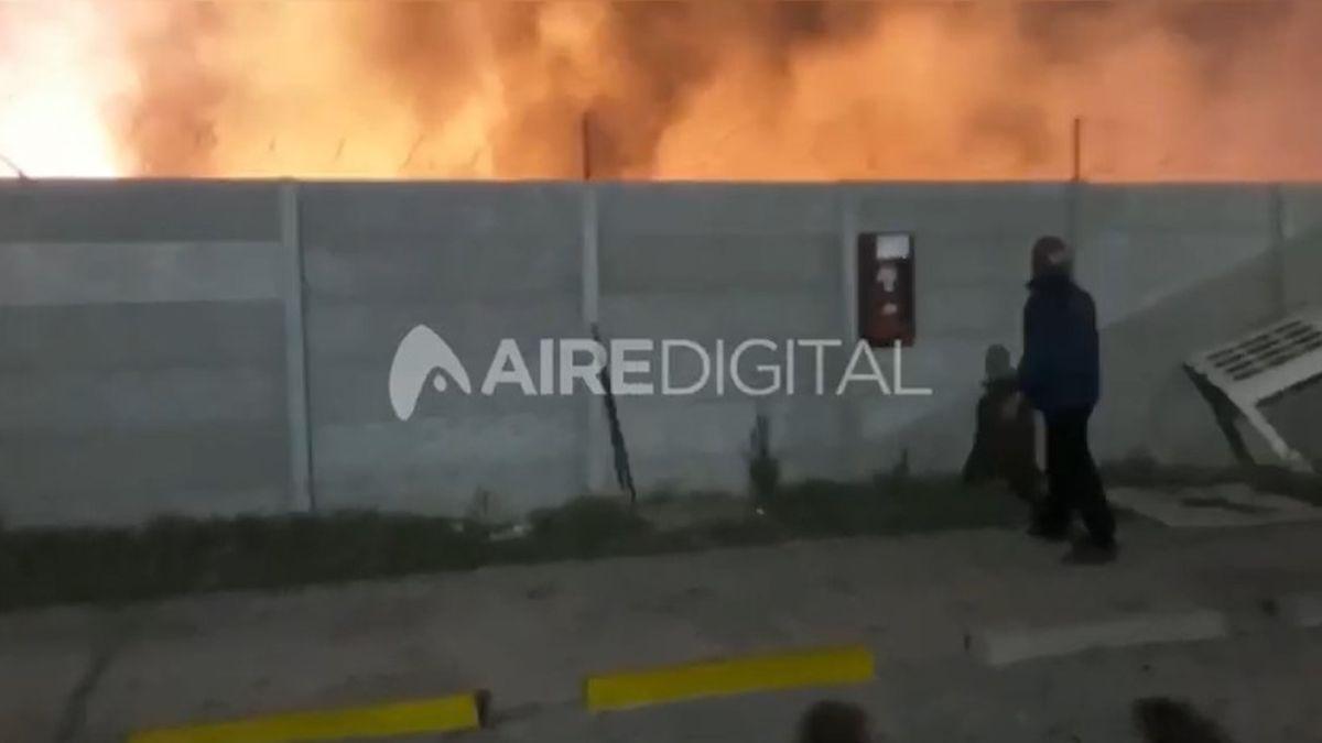 Un impresionante incendio se desató el jueves por la tarde en el galpón de la empresa Continental