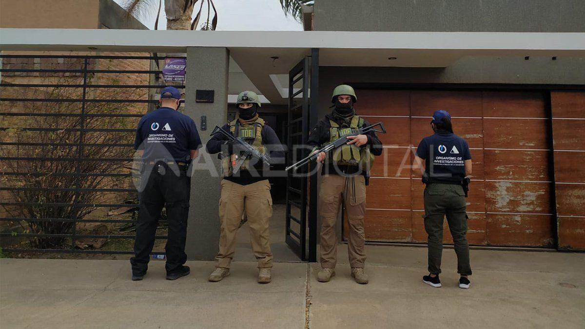 Personal policial durante uno de los cinco allanamientos que dieron con el rey del juego clandestino.