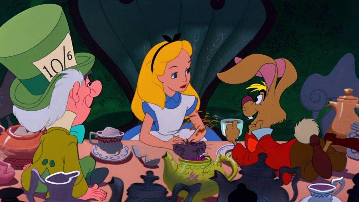 Alicia en el país de las maravillas en la fiesta del té.