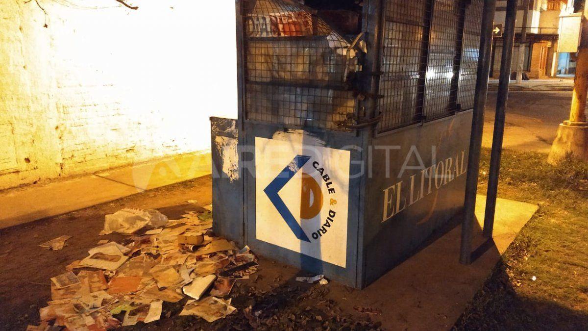 Destruyeron los diarios y revistas y los tiraron en la vereda