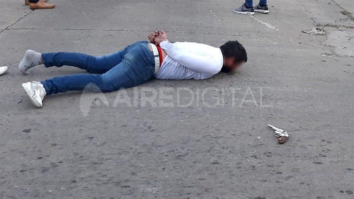 Uno de los delincuentes que participó en el intento de robo quedó tendido en el pavimento hasta su traslado.