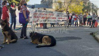 En medio de la imputación, un grupo de personas cortaron la calle para exigir la liberación de diez caninos que están retenidas por orden de la Justicia.