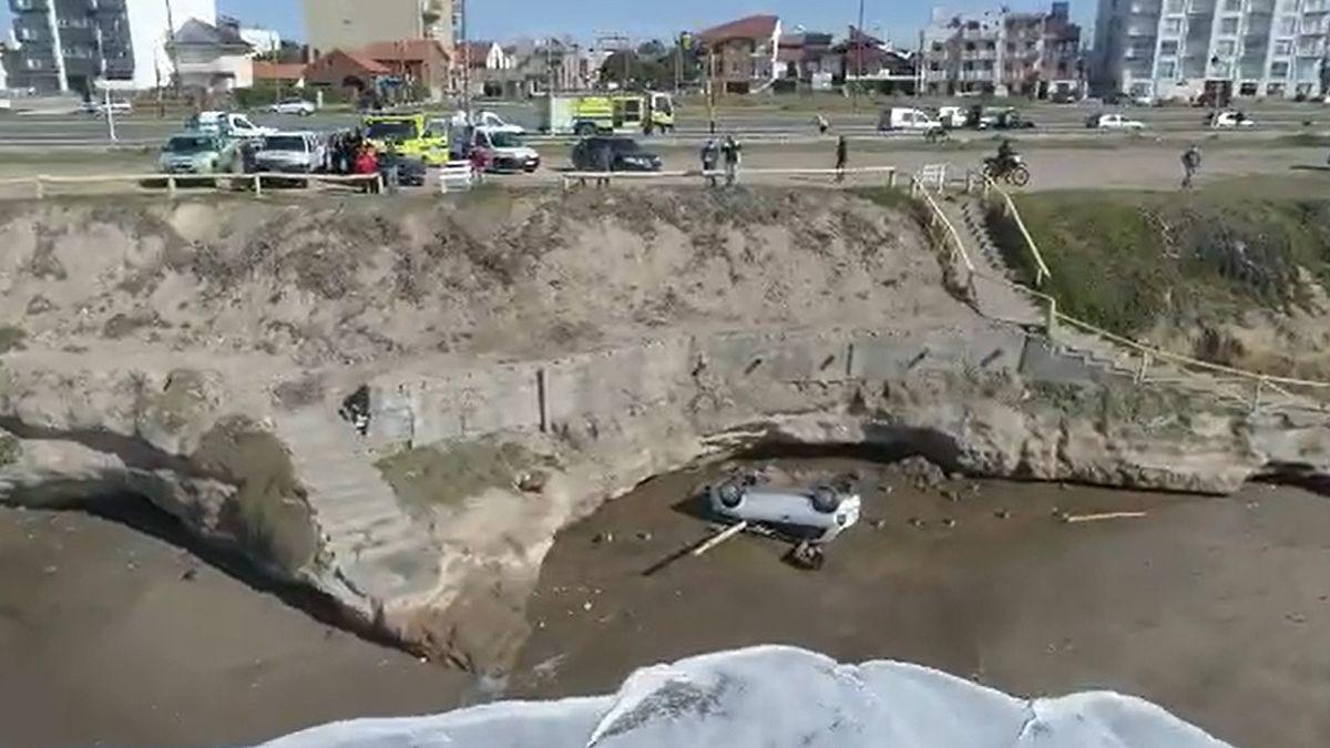 Un auto cayó desde un acantilado en Mar del Plata — Impresionante