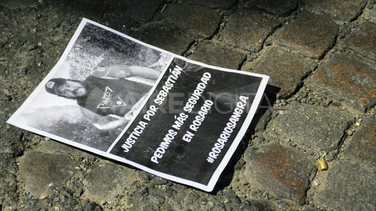 El dolor de los manifestantes se agudizó al hallar una ojiva de las balas que le dispararon a Cejas en el lugar de la protesta