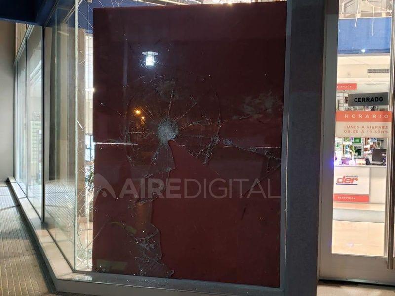 A pesar del espesor del vidrio, los 14 golpes que le dio el ladrón lo destrozaron