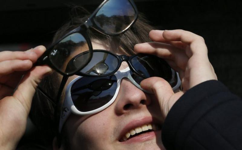 No intentes ver el eclipse de Sol con anteojos