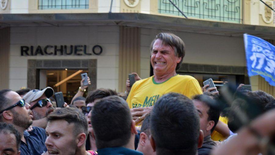 Durante su campaña presidencial, Jair Bolsonaro fue herido en el pecho con un cuchillo y tuvo que ser operado porque la estocada le alcanzó el hígado.