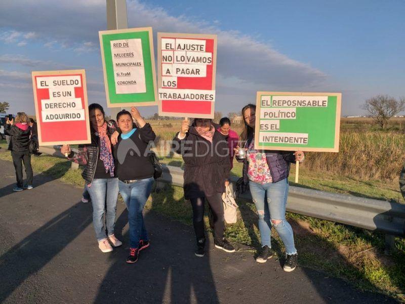 Los trabajadores municipales de Coronda cortaron la autopista Santa Fe - Rosario en reclamo por la falta de pago de salarios