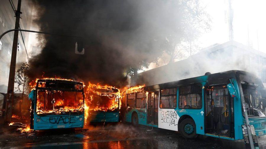 Manifestantes quemaron colectivos en Santiago de Chile.