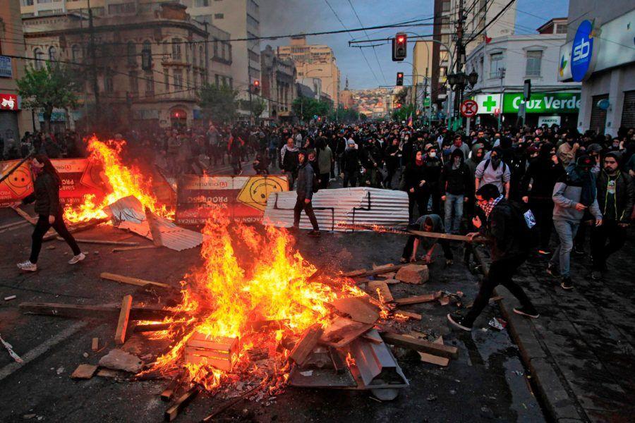 Chile se encuentra paralizado el domingo, con prácticamente todo el comercio cerrado, suspensiones y cancelaciones de vuelos en el aeropuerto y un escasísimo transporte público, en medio de las peores protestas desde el retorno a la democracia en 1990, que suman tres muertos.