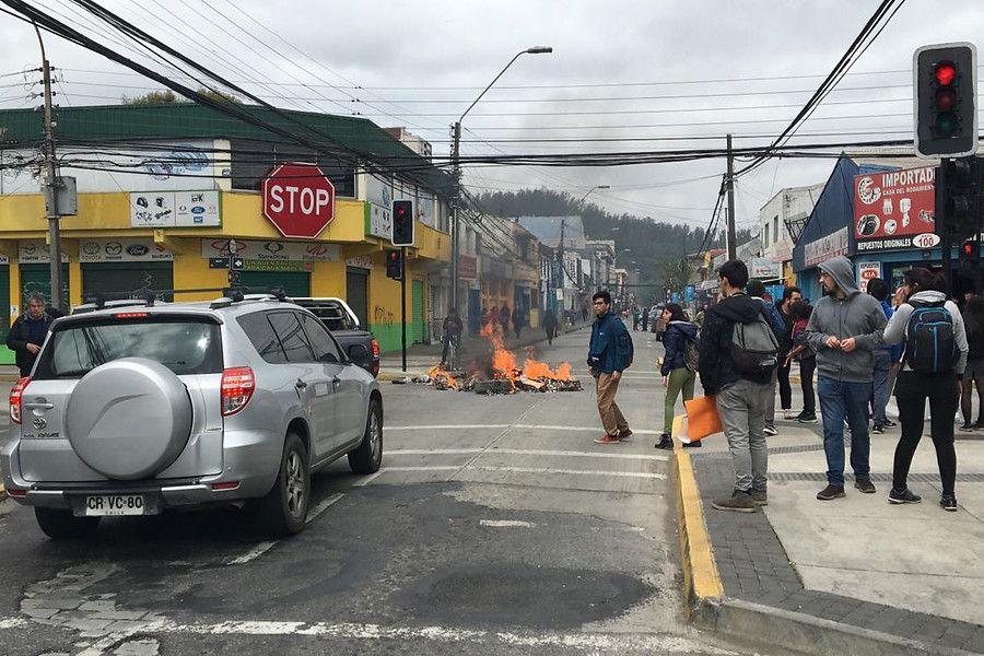 En las afueras de la Intendencia de Valparaíso se registran enfrentamientos entre manifestantes y carabineros.