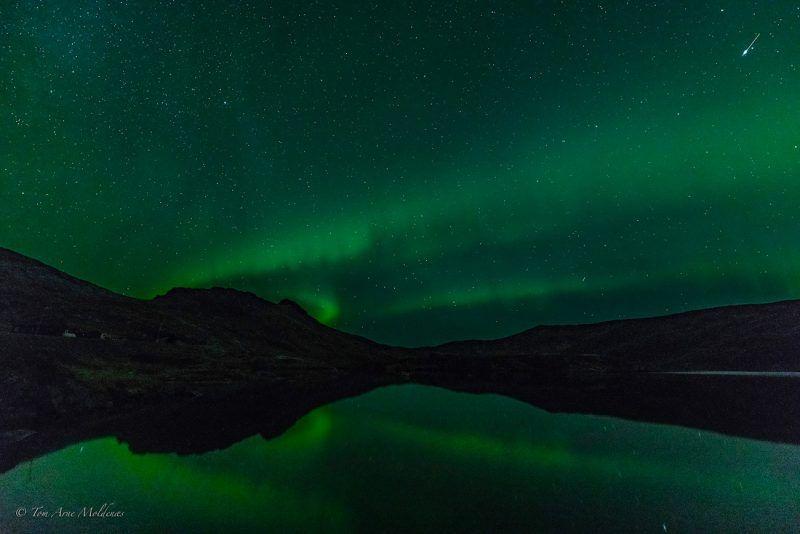 Auroras boreales fotografiadas desde la isla de Senja, Noruega, la noche del 3 de octubre de 2019. En la zona superior-derecha se puede ver un meteoro. Crédito: Tom Arne Moldenæs