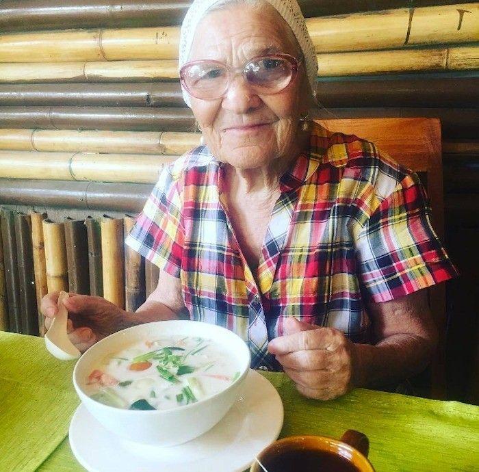 Yelena, la abuelita que recorre el mundo con su mochila y su bastón