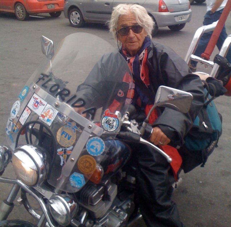 """Tiene 90 años: La vida de Nelly, la """"motoabuela"""""""
