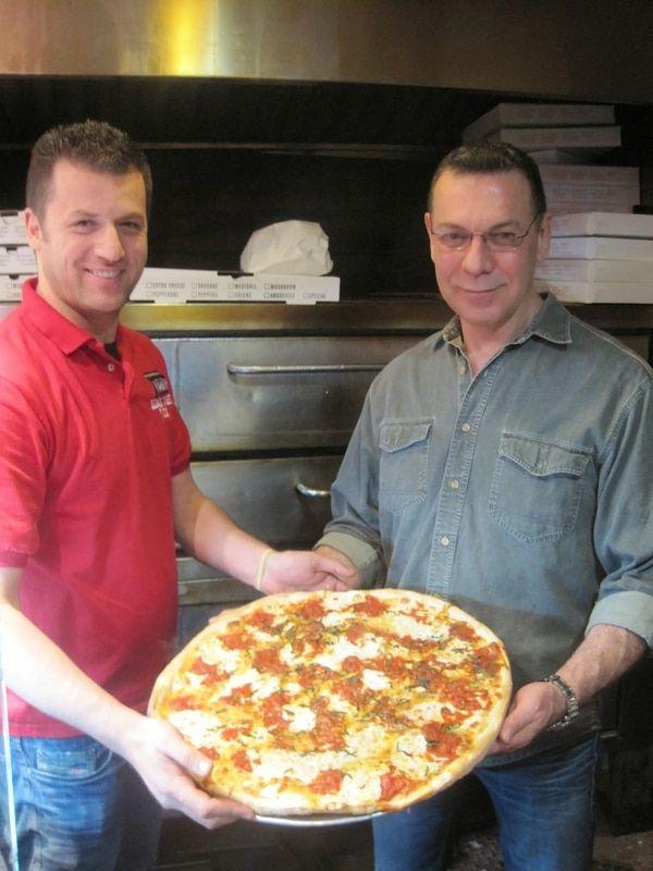 Tras el retiro obligado de la Policía de Nueva York, Greenwood fundó una de las mejores pizzerías de la ciudad: Bleecker Street Pizza