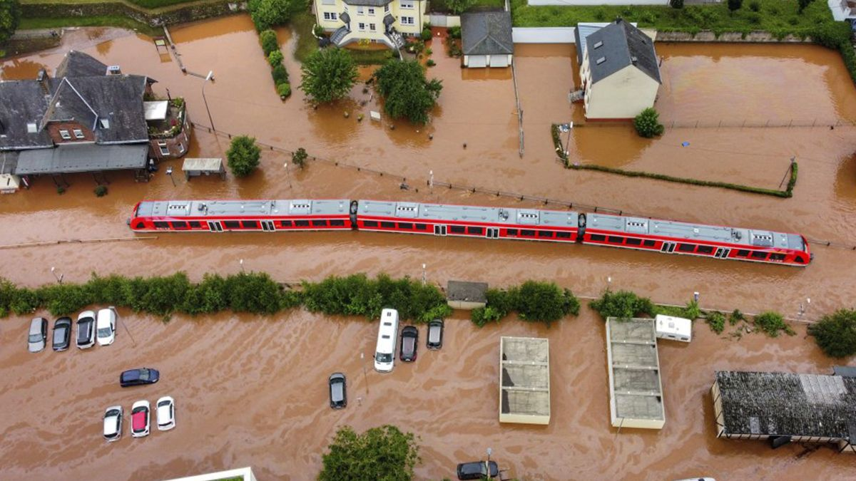 Un tren regional atrapado por las aguas en la estación de Kordel (Alemania). La canciller