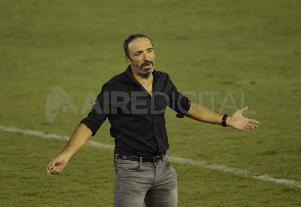 Juan Manuel Azconzábal tiene las horas contadas en Unión y este lunes