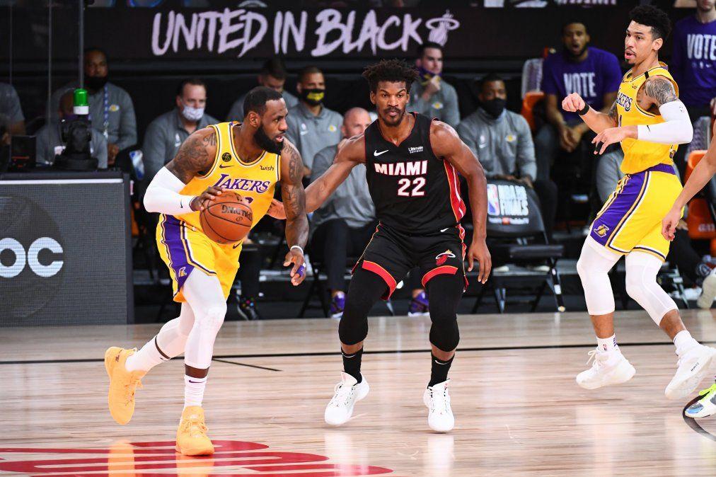 LeBron James fue la gran figura en otro triunfo de Los Ángeles Lakers ante Miami Heat para ponerse 3-1 en la serie final de la NBA.