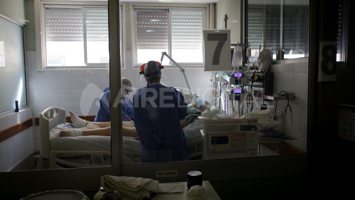 Personal de Salud asiste a un paciente con coronavirus en la terapia intensiva del Hospital José María Cullen.