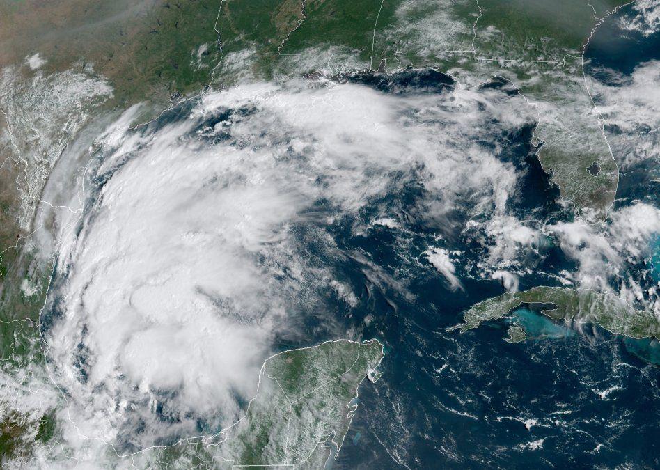 La tormenta Nicholas podría fortalecerse hasta convertirse en huracán.